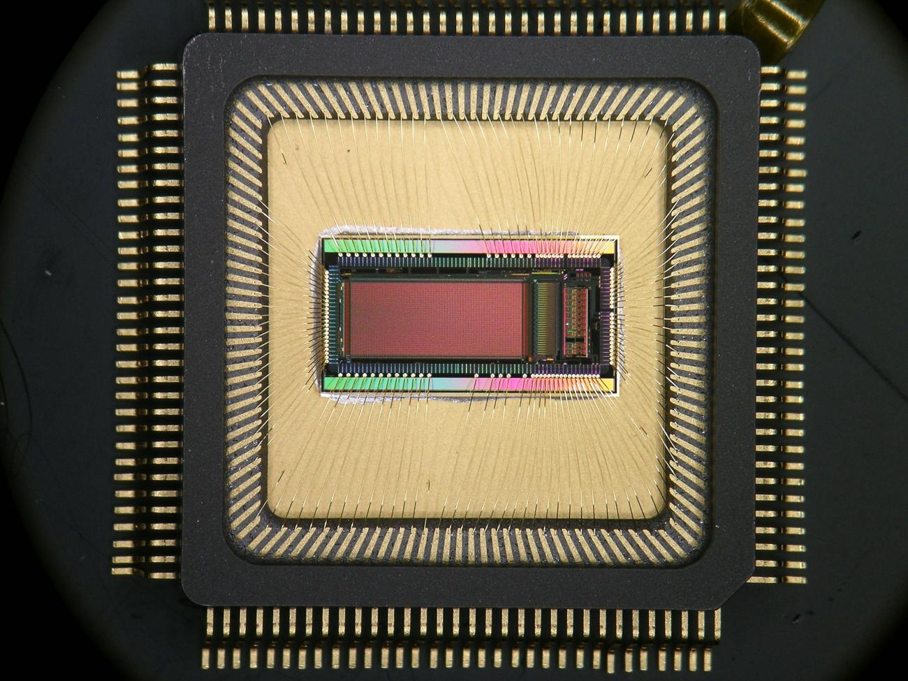 Puce NECTAR0 encapsulée en boîtier céramique. Le microcircuit NECTAR0 intègre près de 300000 transistors gravés avec une précision de 0.35µm sur une surface d'environ 20mm2. Il est destiné à la lecture des photomultiplicateurs du futur observatoire C