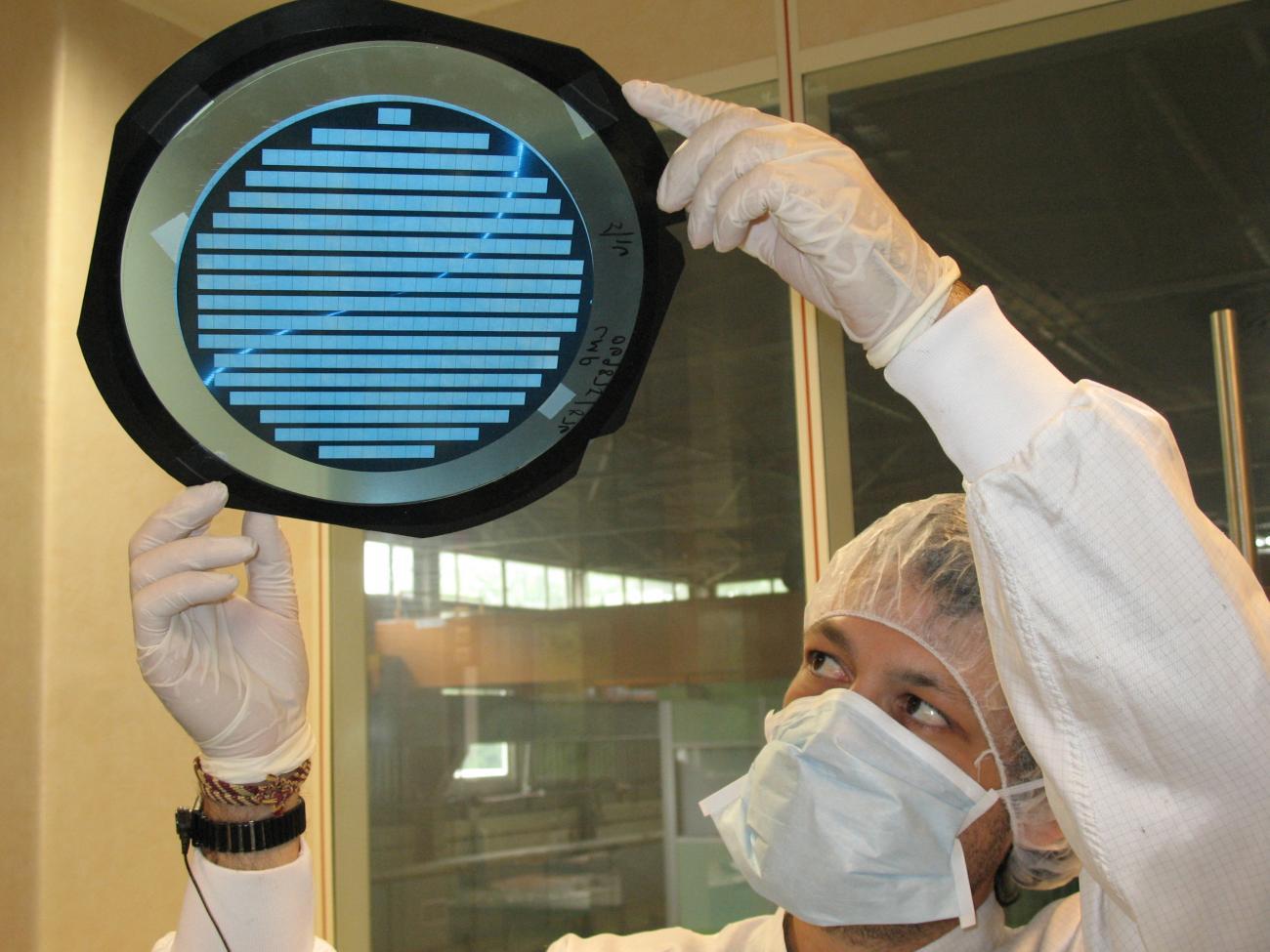 ASICs IDEF-X , Olivier Limousin admire un wafer des ASICs IDEF-X.