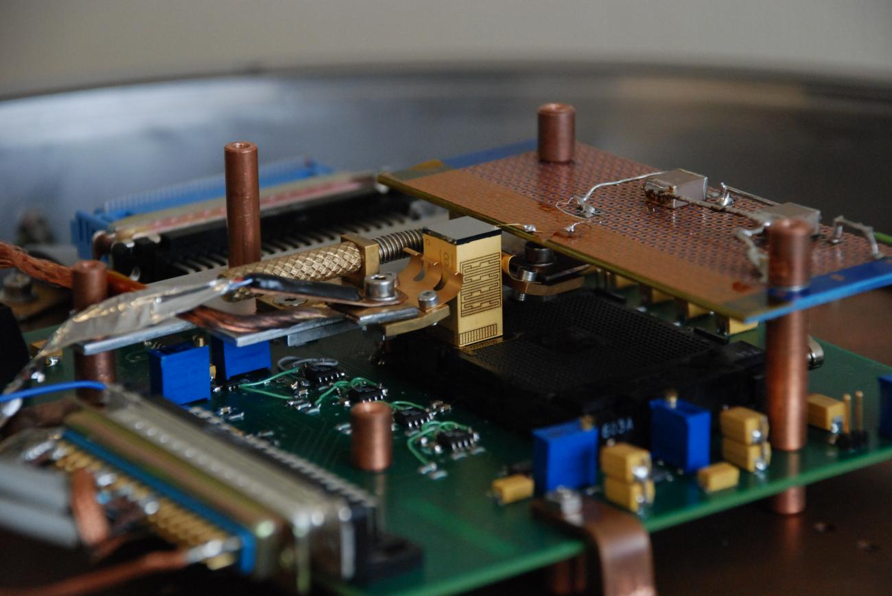 Il s'agit de banc de test de la mini-caméra gamma Caliste (au centre de la photo), avec son détecteur en CdTe