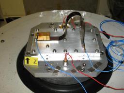 Test Caliste: Il s'agit des essais en vibrations (sur pot vibrant de l'IAS-CNRS) d'une maquette de secteur du projet MACSI (assemblage de mini-caméra gamma nommés Caliste en plan focal)