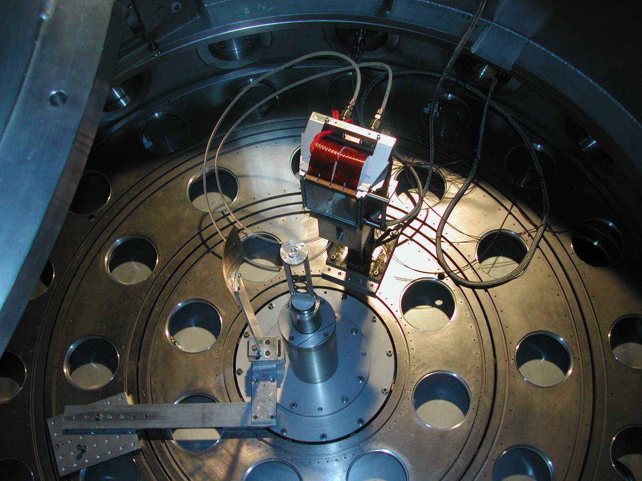 Un télescope MUST2 dans la chambre à réaction de SPEG, au GANIL.