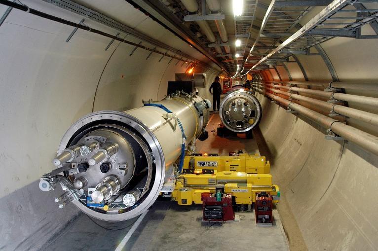 Vue globale du quadripôle LHC dans le tunnel avant le positionnement final