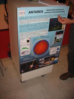 Poster d'Antarès sur le stand des instituts de recherche fondamentale du centre CEA de Saclay et de l'IN2P3 lors du congrès de la Société Française de Physique dans le grand Hall de l'Ecole Polytechnique (8 juillet 2009)
