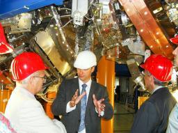 Commémoration à Greisfwald (Allemagne) de la réussite du projet W7X: Antoine Daël (CEA/Irfu/SACM), Thomas Klinger (directeur du projet w7x à l'IPP de Greifswald) et Philippe Chomaz (Directeur du CEA/Irfu) devant une partie du Stellarator W7X