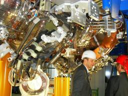 Thomas KLINGER, directeur de l'IPP de Greifswald, devant une partie du stellerator W7X