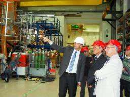 Thomas KLINGER montre à MM. CHOMAZ et DAEL une partie du stellerator W7X en cours de montage