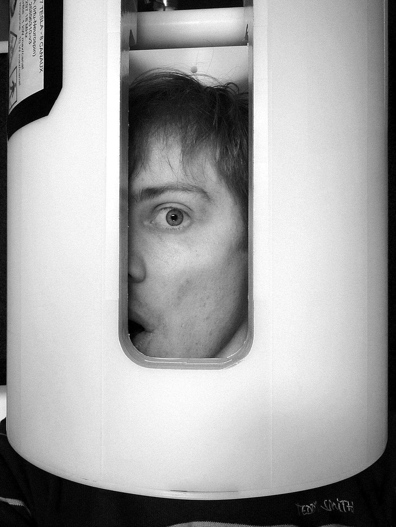 Un monde hors de l'antenne: « Un monde hors de l'antenne » : Vue extérieure du prototype  d'antenne IRM développée au SACM qui a permis l'acquisition des premières images IRM in-vivo en transmission parallèle au laboratoire de Neurospin
