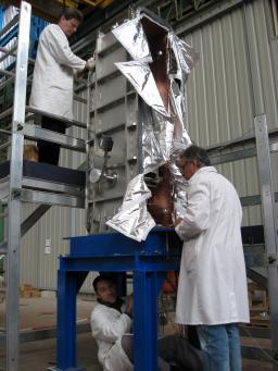 Opération à coeur ouvert d'un cryomodule par les chirurgiens du SACM.