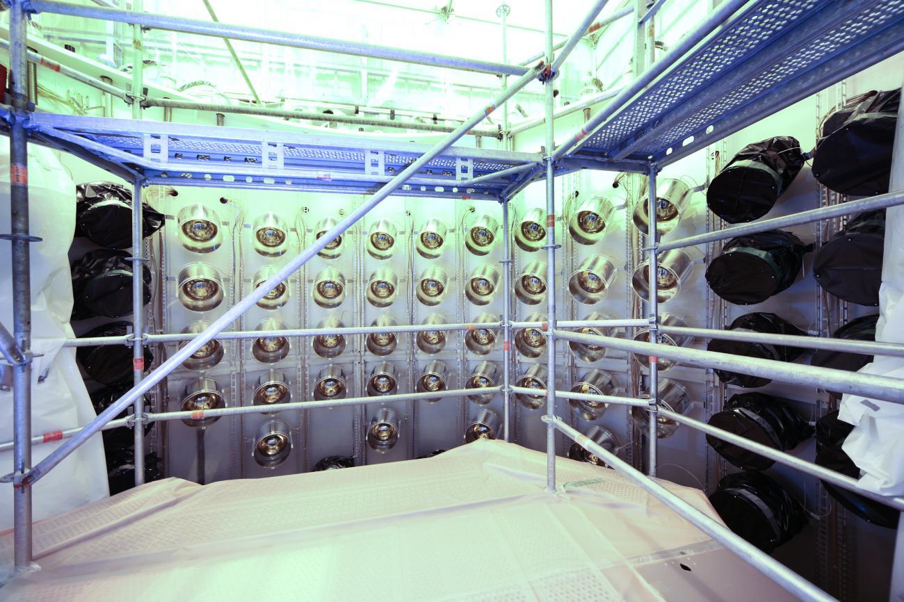 Fin de l'installation des tubes photomultiplicateurs