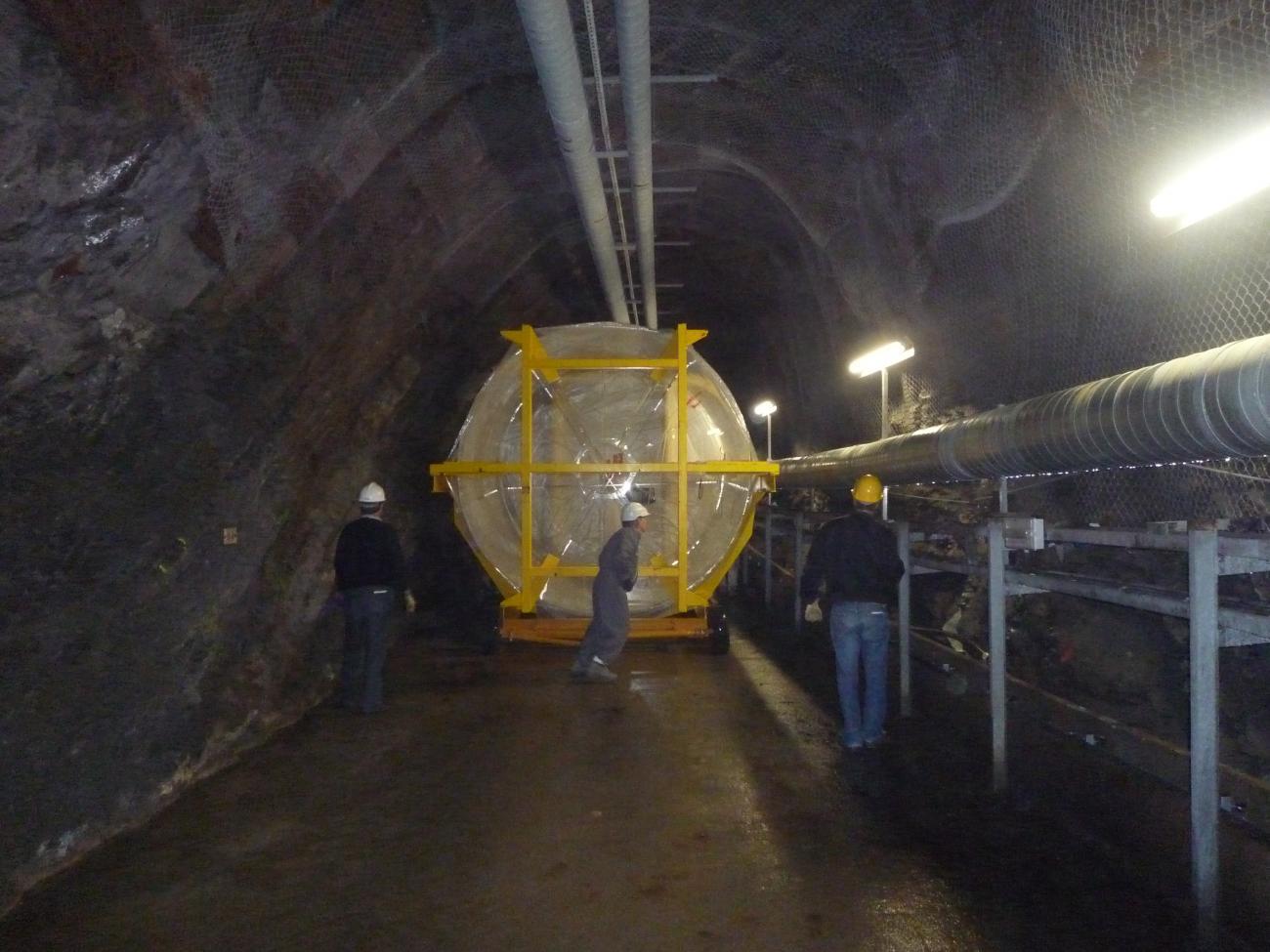 Transport de l'enceinte Gamma Catcher de l'expérience Double Chooz dans le tunnel
