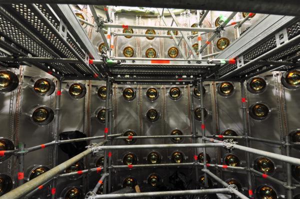 Detector proche: Installation des tubes photomultiplicateurs