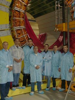 Equipe technique Saclay devant le premier demi-tonneau assemblé