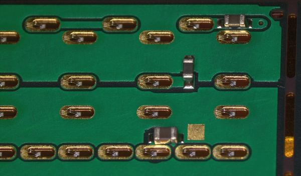 3 fils de micropontage par via, fixés par ultrasons, d'un côté sur un plot métallisé au Nickel/Or du FPC et de l'autre sur un pad de la puce