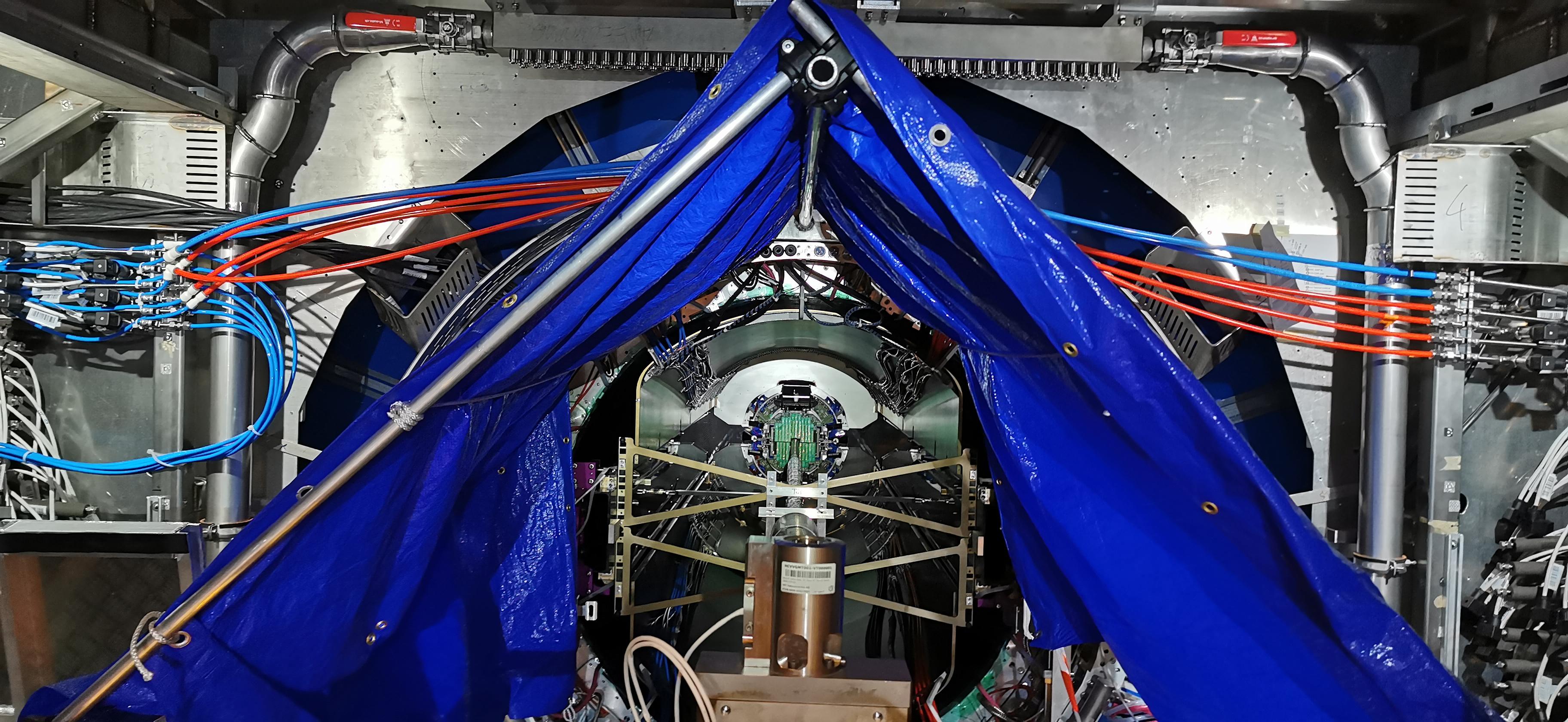 Insertion en caverne du détecteur Alice MFT