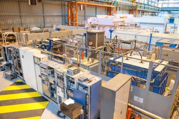 Horizontal cryostat for cavity tests