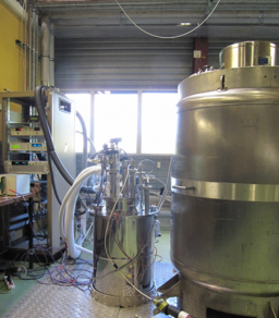 Pressurized superfluid helium cryostat