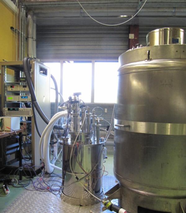 Pressurized superfluid helium cryostat