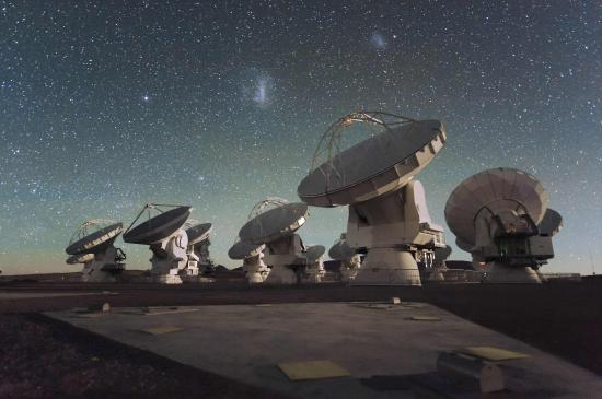 Indirect detection of cold gas around distant galaxies in formation.