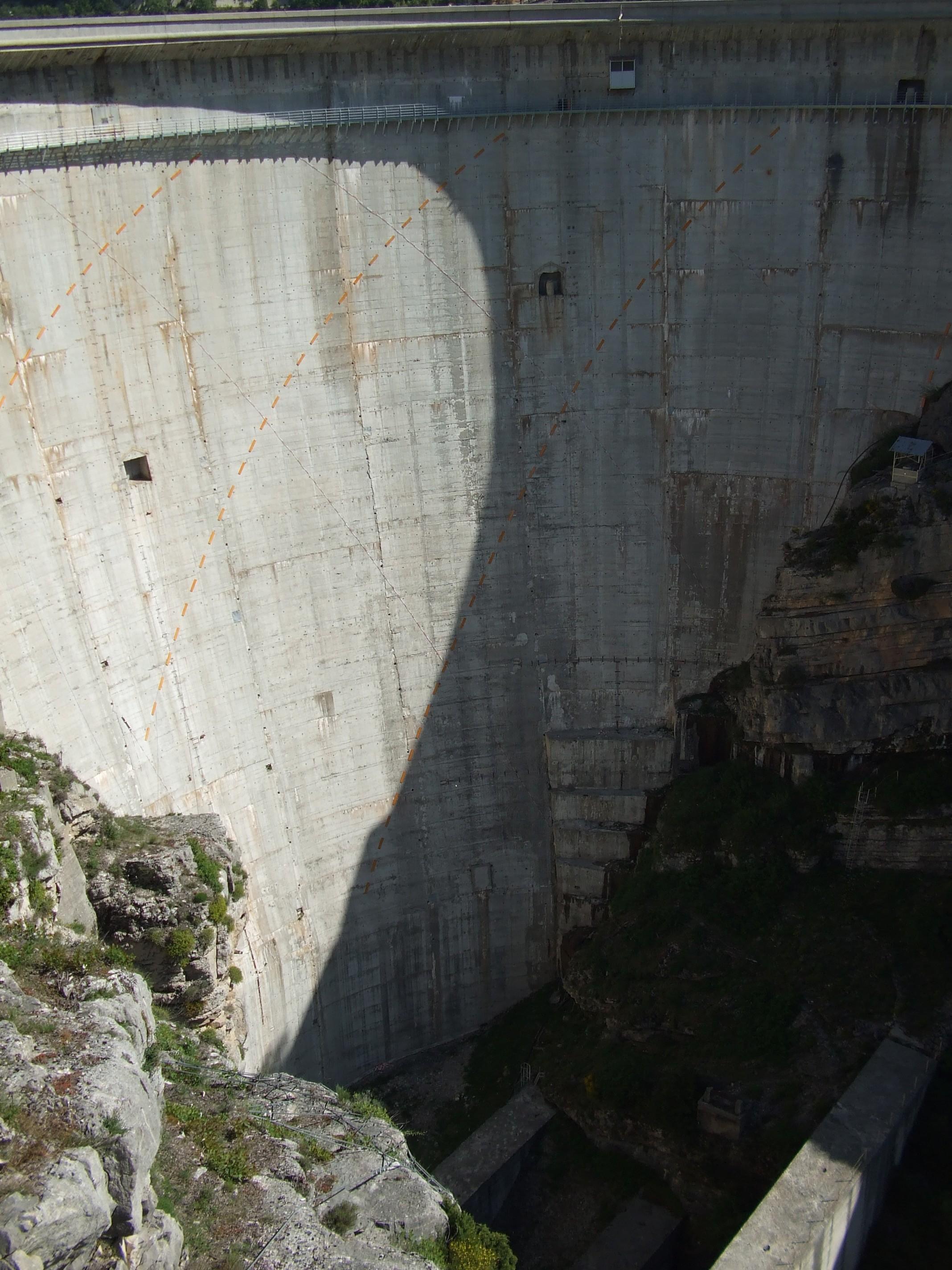 Cadran solaire géant sur le barrage de Castillon